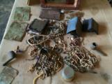Persönliche Gegenstände von Opfern des Genozids auf dem Altar einer Kirche in  Nyamata, Bugesera, Rwanda © Stefanie Bognitz